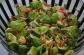 Rosenkålssalat med æble og ristede pinjekerner
