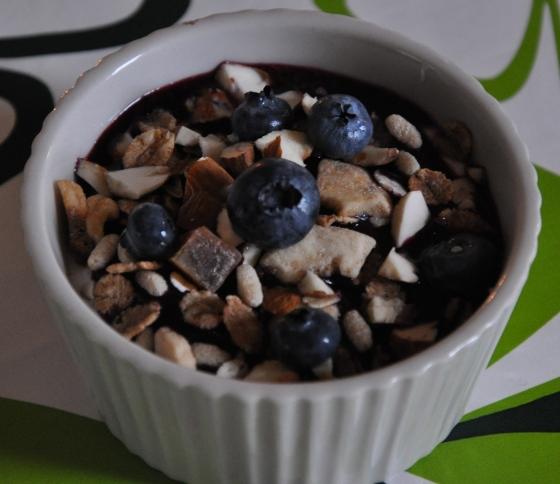 Skyr med blåbærgrød, lidt mysli, friske blåbær og hakkede mandler
