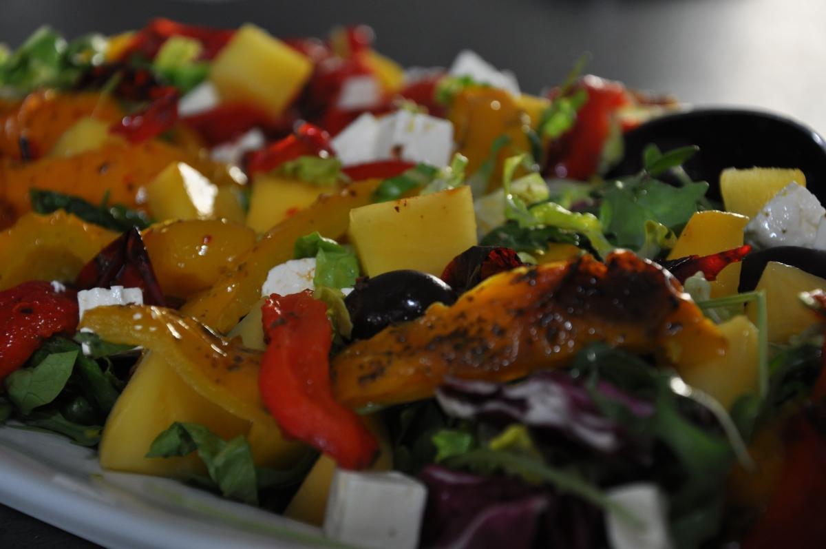 Salat med grillede peberfrugter, mango og kalamataoliven