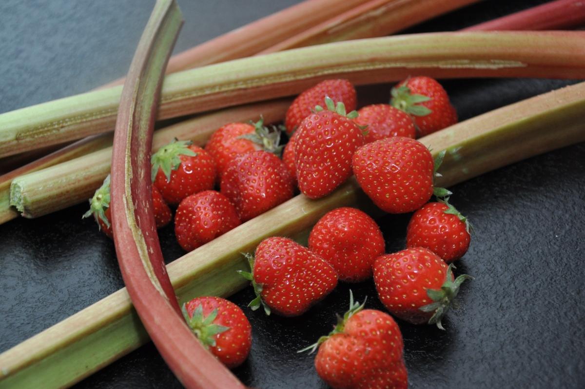 Jordbær-rabarber grød - en rigtig dansk sommer klassiker.