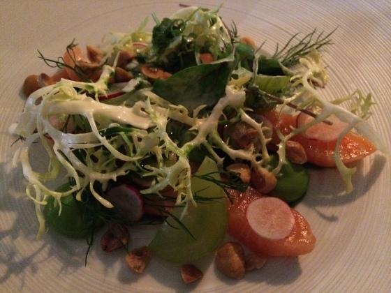 Saltet laks med ramsløg, syltede agurker og salater med flødedressing Jean-Christophe Mandard. Touraine 2013