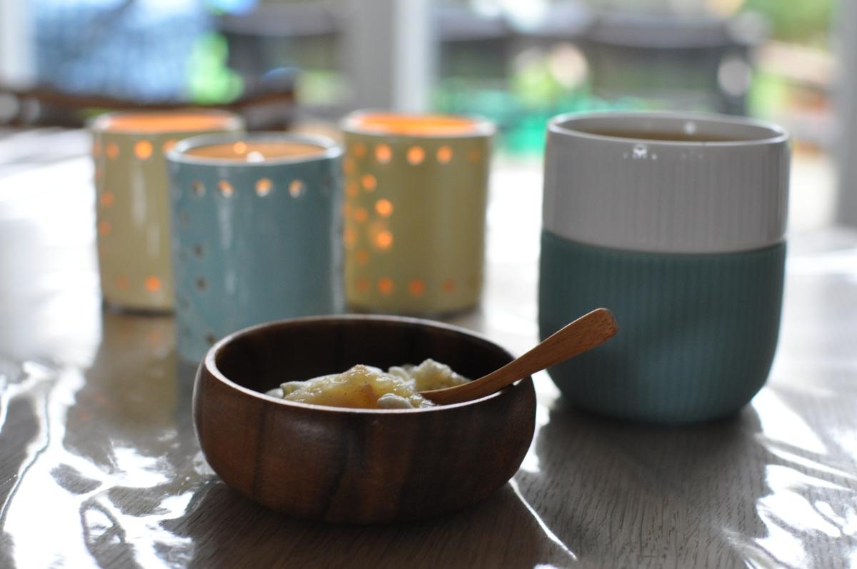 Gammeldags æblekage med makroner og flødeskum