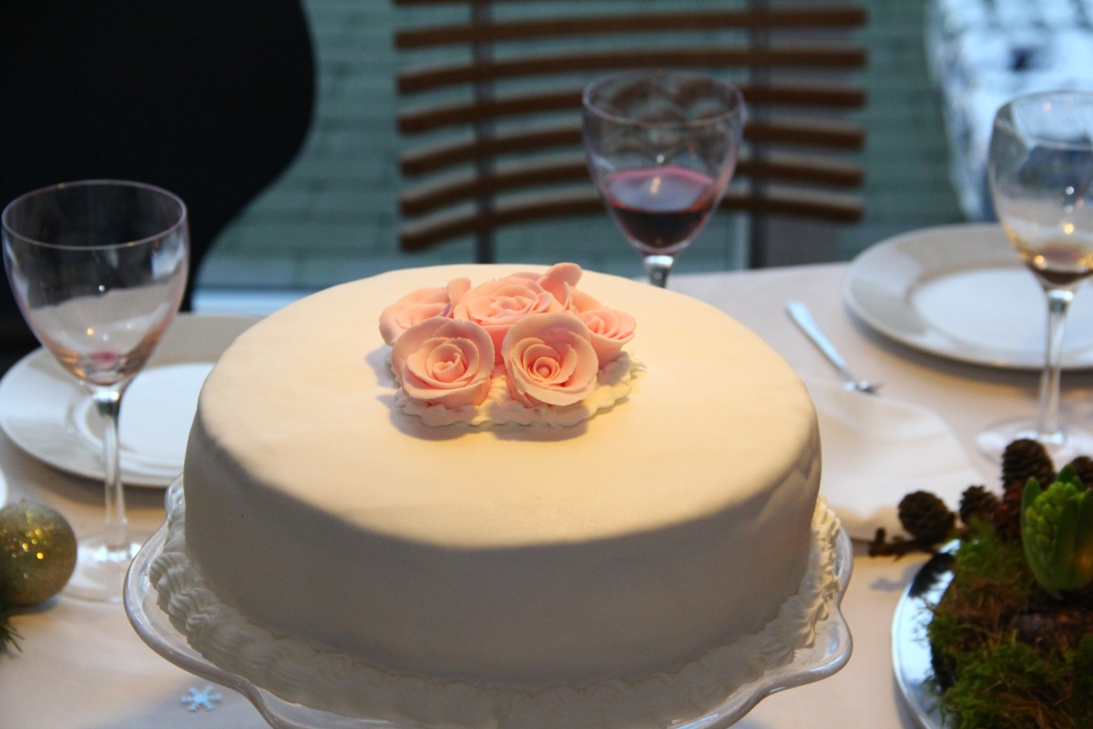 Bryllupskage med hvid chokolademousse og limemousse