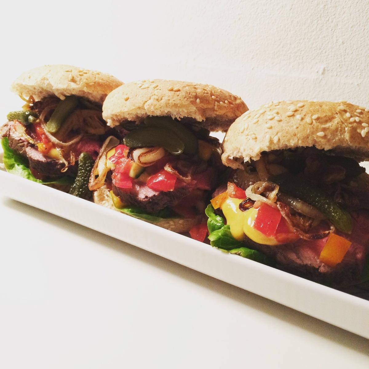 Gourmet burger med oksemørbrad og hjemmerørt chilimayo